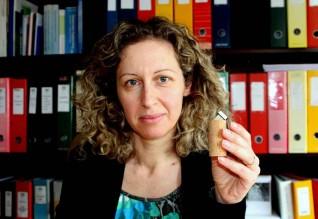 A investigadora Ana Cláudia Dias com uma pen drive revestida de cortiça.