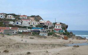 Movimento Algarve Livre de Petróleo protesta à porta da Câmara…