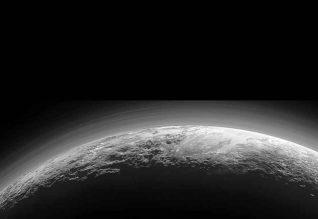 Foto-de-Plutão-obtida-apenas-15-minutos-depois-da-maior-aproximação-da-sonda-New-Horizons-a-Plutão,-a-14-de-julho-de-2015(1)