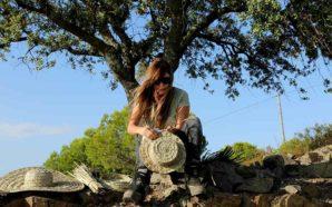 Artesã dá nova vida à empreita da palma algarvia