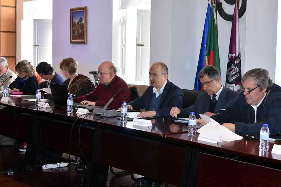 Autarcas e movimentos contra a exploração de petróleo reunidos em Loulé