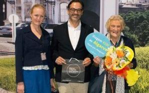 Turista britânica homenageada pelas 100 viagens ao Algarve desde 1978