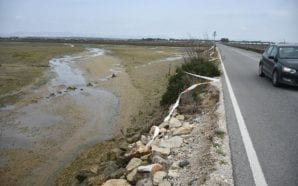 Estrada da Praia de Faro sofre derrocada na berma junto…