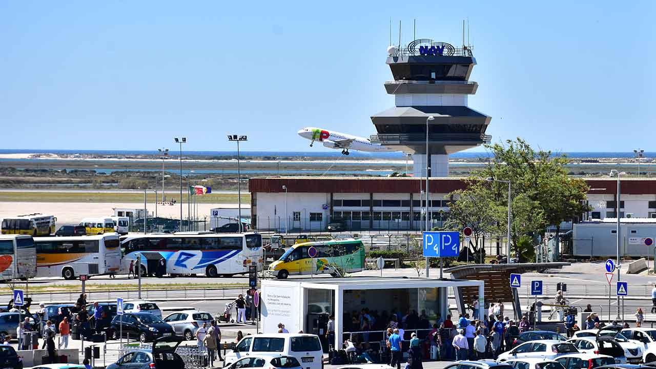 SEF detém cidadãos com documentos falsos no Aeroporto de Faro - Barlavento Online