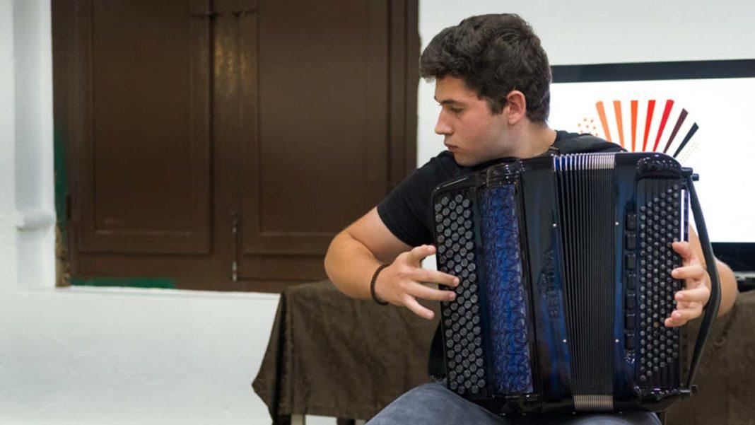 Pedro Ivan, jovem acordeonista algarvio, vai representar Portugal na 72ª Copa Mundial de Acordeão.