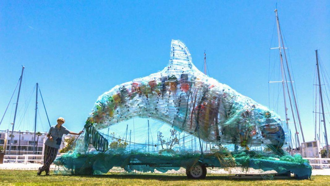 Museu de Portimão exibe escultura singular de um enorme golfinho intitulada Ouvir o oceano