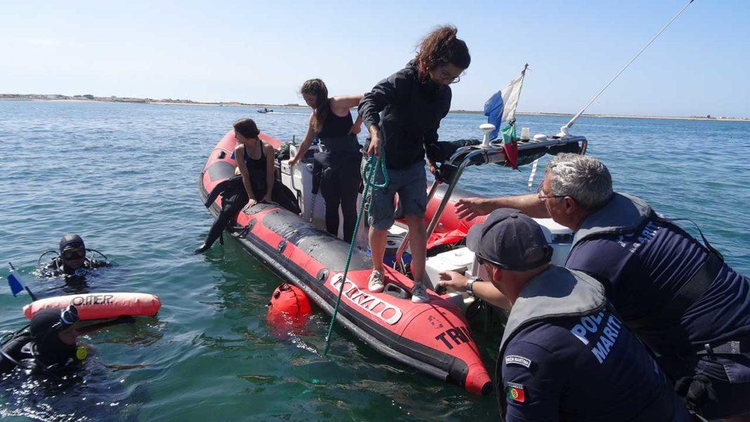 Baterias extremamente poluentes retiradas das águas da Culatra pela Associação para o Estudo e Conservação dos Oceanos (aECO)