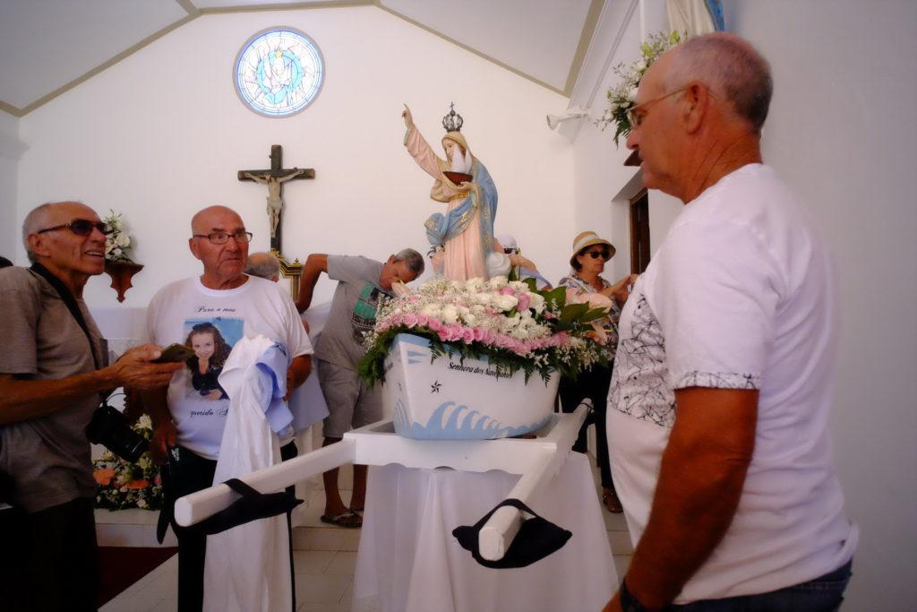 Preparativos para a saída da imagem de Nossa Senhora dos Navegantes, na Capela da Culatra, de manhã cedo.