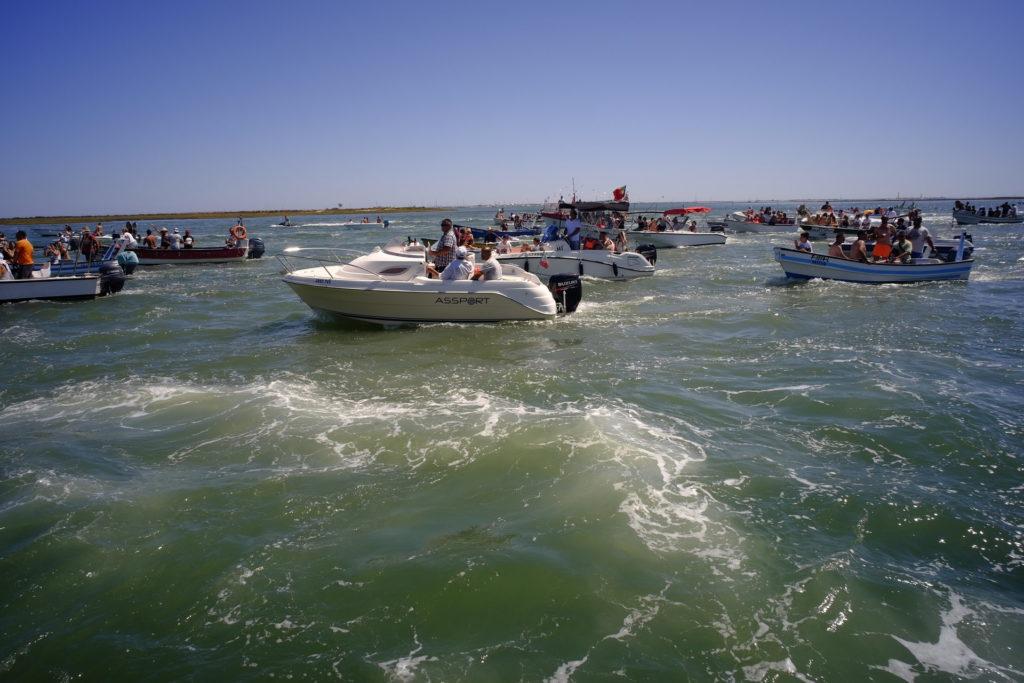 Procissão sobre as águas da Ria Formosa, a caminho de Olhão.