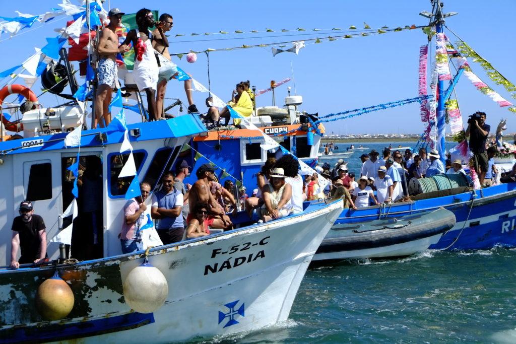 Procissão sobre as águas da Ria Formosa, de regresso à Ilha da Culatra.