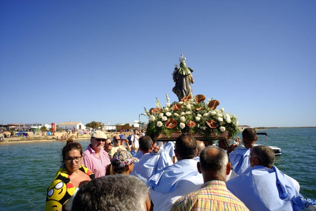 Imagem de Nossa Senhora do Rosário prepara-se para desembarcar na Ilha da Culatra.