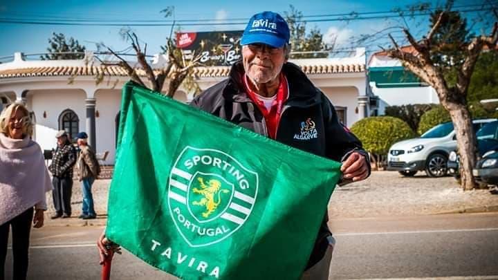 Mário Martins com a bandeira do Sporting Tavira.