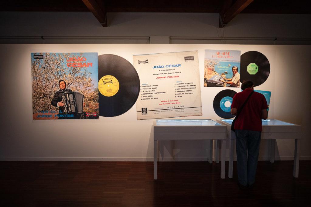 Na exposição é possível encontrar uma pequena mostra de vinis e cassetes de João César.
