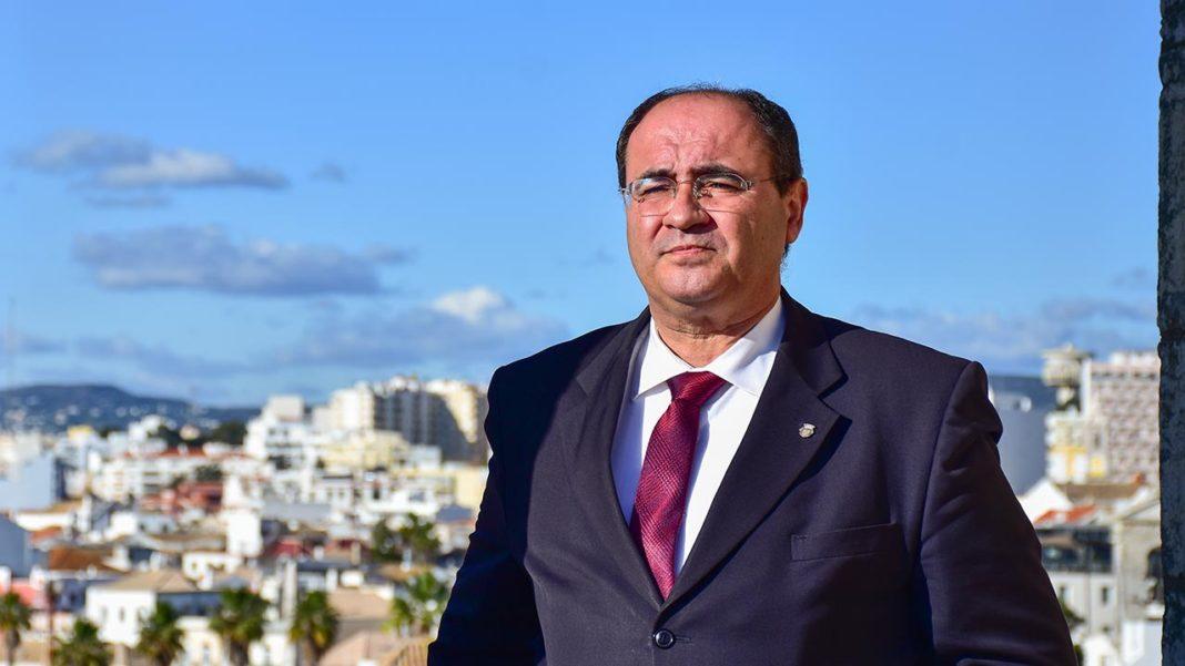 «É só mais uma desculpa para continuarem lá» diz Rogério Bacalhau