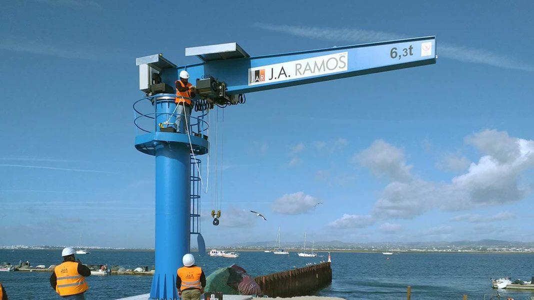 Faro instala nova grua no Porto de Abrigo da Ilha Culatra