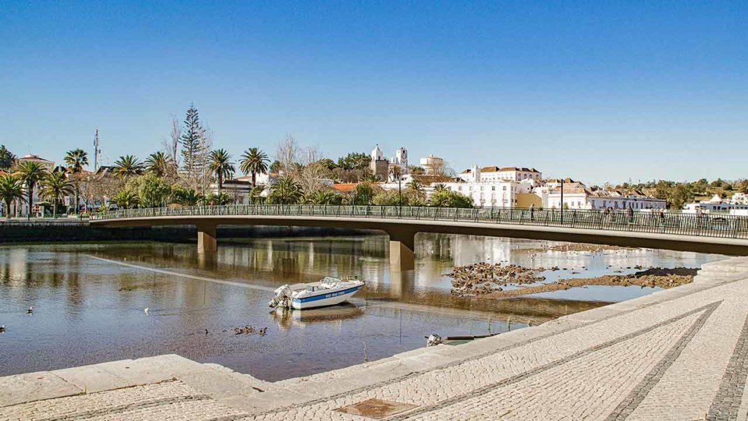 O «burburinho» em torno da nova ponte «só tem vindo a prejudicar» Tavira, diz a autarquia, já que «a publicidade negativa afeta a cidade e afasta potenciais investidores».