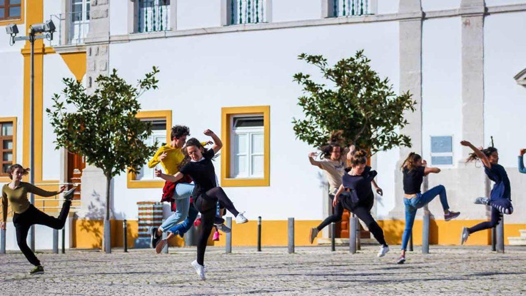 A quarta edição do «Entrelaçados - Festival de Dança Contemporânea» decorre de 7 a 16 de fevereiro de 2020, em Portimão, Lagos e Silves e trará espetáculos de dança contemporânea, que contam com nomes como Miguel Ramalho, Gustavo Oliveira ou a Companhia de Dança de Almada, assim como performances de rua e de novo circo, uma exposição de fotografia sob o tema «Algarve, Dança e Arte» e uma prova de vinhos.