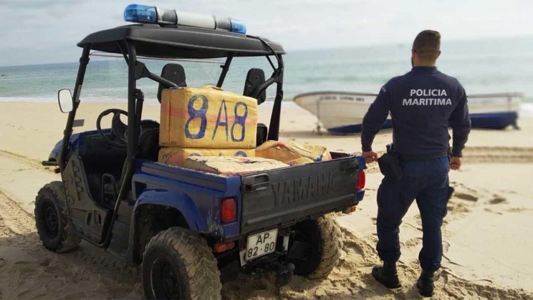 A Polícia Marítima de Olhão, na sequência de um alerta dado por populares, detetou hoje, pelas 10h30, uma embarcação de sete metros encalhada, do tipo Auxiliar Local de boca aberta, registada em Olhão, que continha no seu interior cerca de 60 fardos de haxixe, na praia da Fuseta Mar.