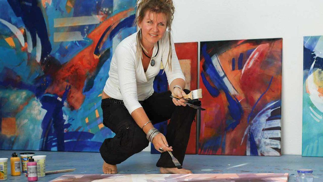 Artista alemã e portuguesa abrem a nova temporada expositiva no Centro Cultural de Lagos com «uma explosão de cores do Algarve, Ártico e Amazónia».