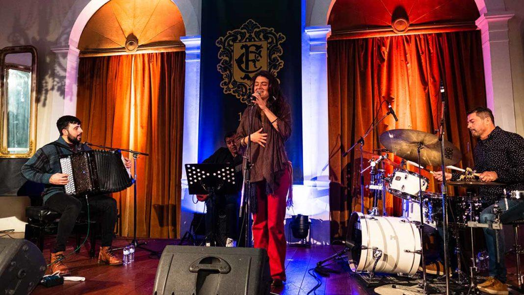 João Frade, acompanhado por Leonardo Tomich (bateria), Adriano Alves 'Dinga' (baixo) e ainda Natália Boechat (voz), deu um fantástico concerto no sábado, 4 de janeiro, no salão do Club Farense, em Faro.