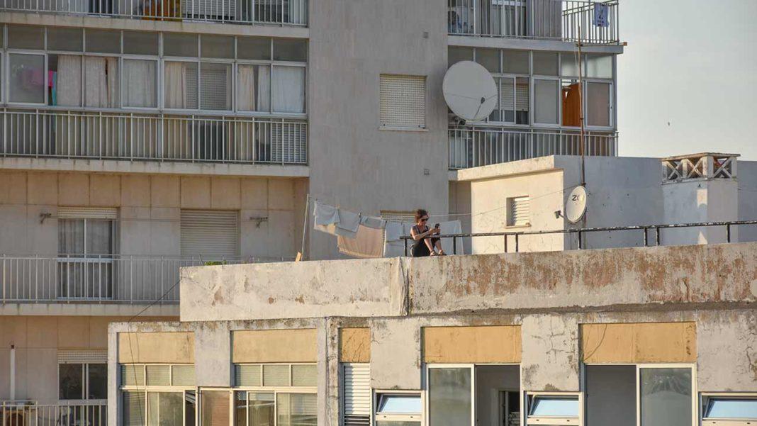 A deputada afirma que «uma das causas desta situação, é, entre outras, o aumento das rendas das casas, tornando difícil o acesso à habitação pelos docentes e, em consequência, a sua fixação no Algarve».