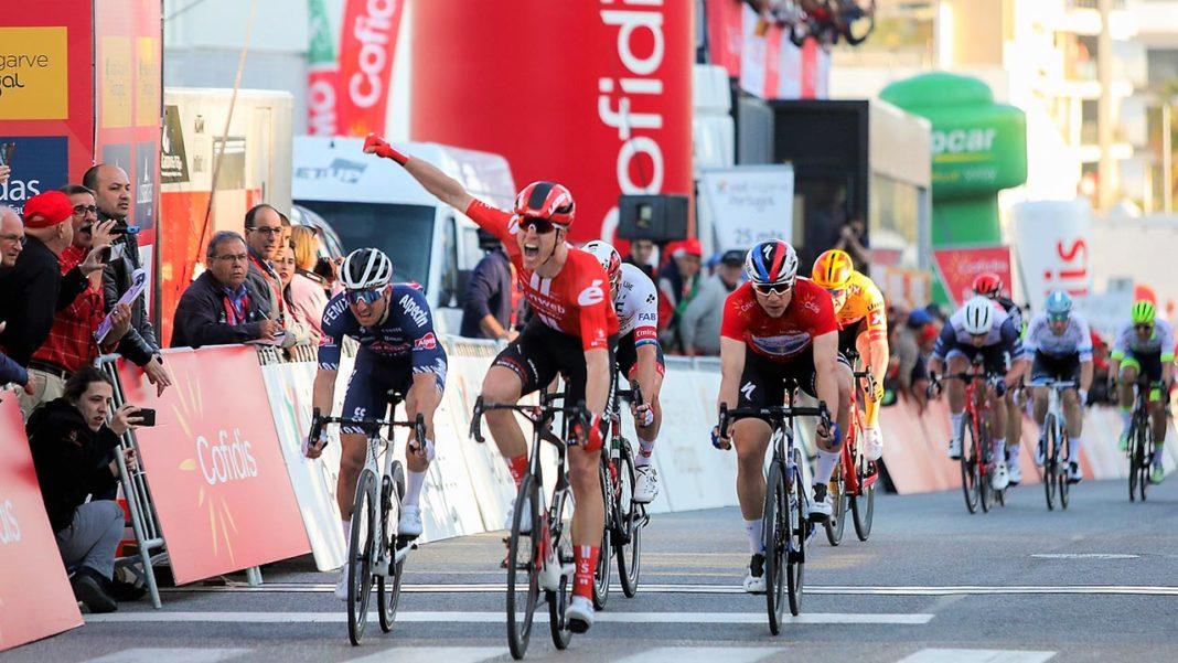 O holandês Cees Bol (Team Sunweb) ganhou hoje a terceira etapa da 46.ª Volta ao Algarve Cofidis, impondo-se com um sprint poderoso, ao fim de 201,9 quilómetros, entre Faro e Tavira. O belga Remco Evenepoel (Deceuninck-Quick-Step) mantém a Camisola Amarela Visit Algarve.