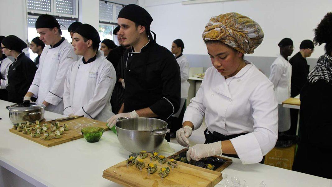 Única Secundária do concelho de Faro com curso profissional técnico de Cozinha e Pastelaria já tem uma sala com todos os equipamentos necessários à formação dos futuros chefs. O financiamento foi conseguido com o trabalho dos alunos e através de uma parceria com o Movimento de Apoios à Problemática da Sida (MAPS).