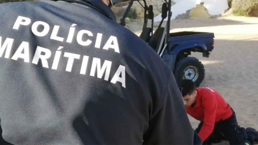 Elementos do Comando-local da Polícia Marítima de Portimão - Posto de Albufeira e dos Bombeiros Voluntários de Albufeira efetuaram na tarde de hoje o resgate de três jovens portugueses, com idades compreendidas entre os 15 e os 16 anos, que foram arrastados por uma onda no passadiço do Peneco, em Albufeira.