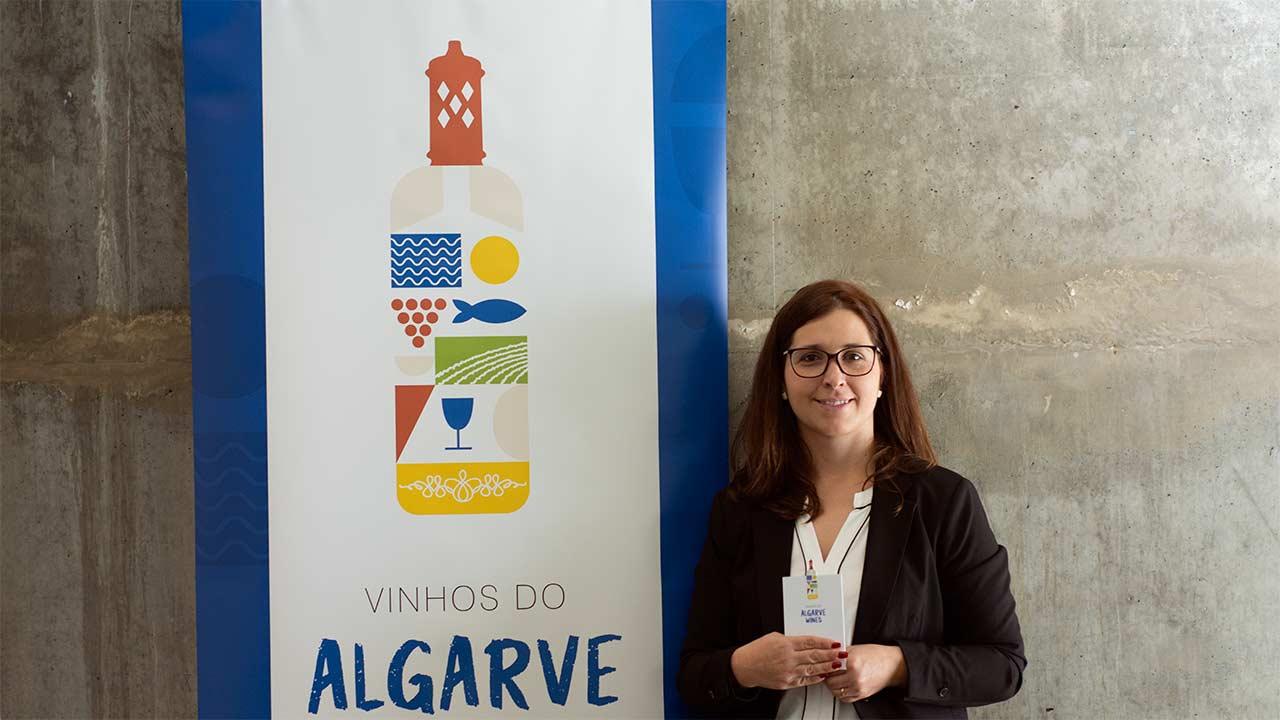 Vinha, sol, mar, platibanda, peixe e uma chaminé algarvia no topo definem a nova imagem coletiva dos néctares regionais, apresentado pela Comissão Vitivinícola do Algarve (CVA).