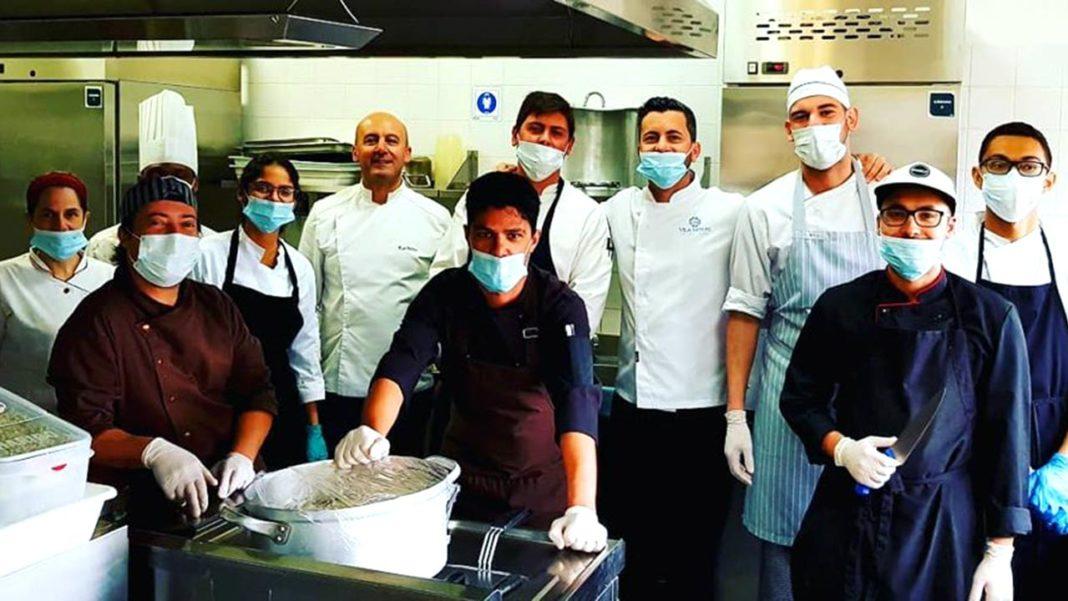Os alunos de Gestão e Produção de Cozinha estão a prestar apoio ao núcleo de Tavira da Cruz Vermelha na preparação e confeção de refeições que se destinam a um número crescente de famílias carenciadas.