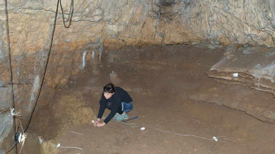Vera Aldeias, investigadora da Universidade do Algarve (UAlg) integra uma equipa que descobriu novos fósseis de Homo sapiens na Gruta de Bacho Kiro, na Bulgária.