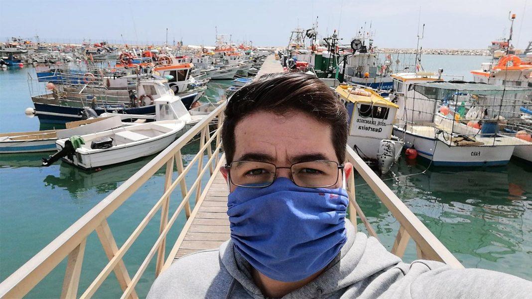 O sector das pescas, em todo o país, está fragilizado (mais do que nunca) pela contínua presença da pandemia nas vossas vidas. Trata-se de uma noção amplamente aceite pelas comunidades piscatórias que o novo Coronavírus veio para ficar, mas que também transmitiu à luz mediática as dificuldades pelas quais passamos.