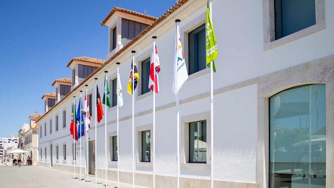 Câmara Municipal de Vila Real de Santo António (VRSA) acaba de ver aprovada, por parte do governo, a revisão do Plano de Ajustamento Municipal (PAM), um passo fundamental para renegociar a dívida financeira e comercial, refinanciar os empréstimos contraídos nos últimos anos e obter descidas significativas nas taxas de juro.