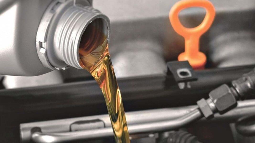 Um assunto comum e recorrente para aqueles que possuem um automóvel é referente ao óleo de motor. O condutor deve estar ciente de quando é necessário realizar sua troca e não pode errar na escolha do produto.