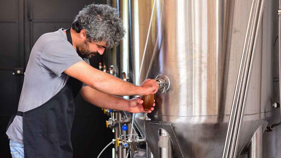 André Gonçalves, 33 anos, arquiteto paisagista, que desde 2015 se dedica ao fabrico da cerveja artesanal «Marafada», redirecionou a produção para ajudar no combate à pandemia da COVID-19 no concelho de Silves.