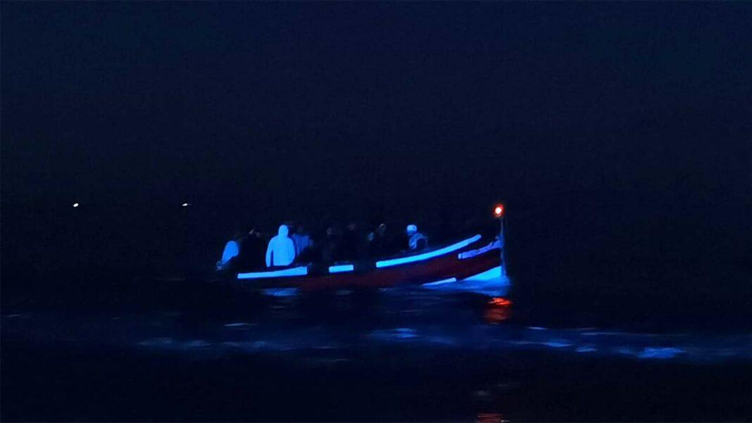Comando-local da Polícia Marítima de Faro e a Estação Salva-vidas de Quarteira intercetaram hoje, cerca das 04h50 da madrugada, 22 homens a bordo de uma embarcação junto a Vale do Lobo, que alegaram ser de nacionalidade marroquina.