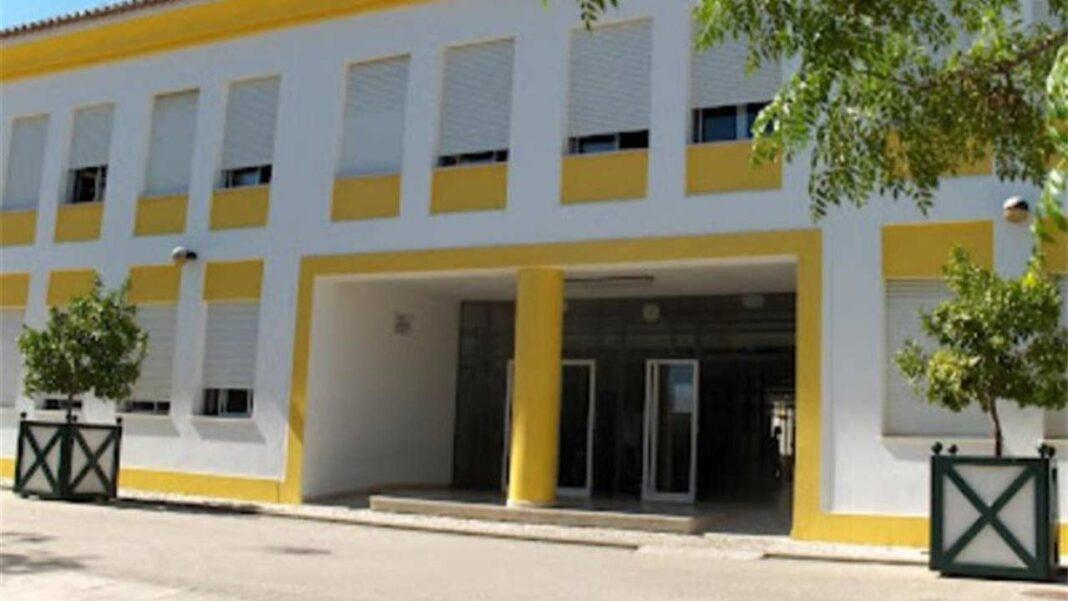 «Infelizmente e ao contrário da nossa expectativa, o caso de COVID-19 que foi confirmado no dia 18 de junho, não era um caso isolado. Testaram positivo à COVID-19 mais duas funcionárias da nossa escola» acaba de informar Francisco Soares, diretor do Agrupamento de Escolas Pinheiro e Rosa, em Faro.