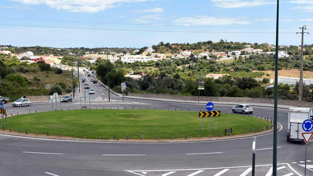 A empreitada de requalificação paisagística da rotunda da Avenida Parque das Cidades, à entrada da cidade de Loulé, na ligação para Faro, conhecida por «Rotunda do Euro», começará nos primeiros dias de julho.