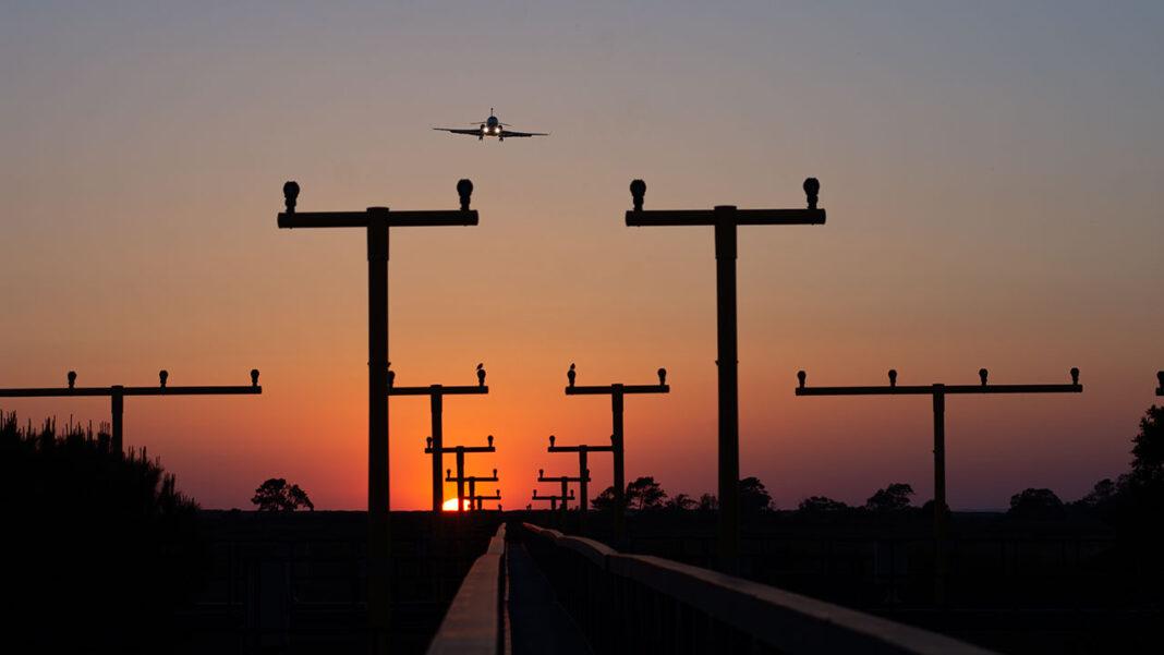 Tráfego aéreo gerido pela NAV Portugal caiu mais de 50 por cento no primeiro semestre de 2020. Aeroporto de Faro foi onde se sentiu a maior retração relativa de tráfego. Torre de Controlo de Faro contabilizou menos 70,9 por cento de movimentos neste período.
