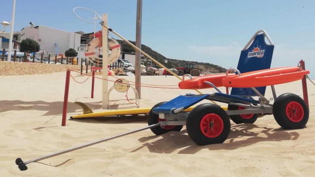Nova cadeira anfíbia na Praia da Salema, em Vila do Bispo