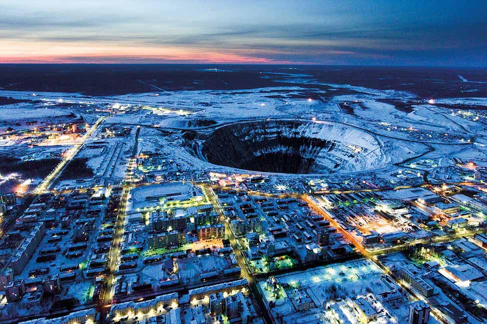Fundada en 1956, Mirny tem o nome da mina a céu aberto Mir. «Mirny» é a palavra russa para «pacífico» porque «Mir» significa «paz». Desde a Guerra Fria, que a União Soviética usa nomes codificados para todas estas áreas porque os diamantes foram um sector estratégico. A mina aberta Mir é um dos maiores buracos do mundo escavados pelo homem, com 525 m. de profundidade e 1.200 m. de diấmetro. Desde 2001 que os trabalhos na mina a céu aberto de Mir estão parados e só se realizam obras subterrâneas. Mirny, Russia. 26 de Março, 2017. A Lacútia tem uma á́rea cinco vezes maior que a França, mas a população não chega a um milhão de pessoas. Produz cerca de 28 por cento dos diamantes do mundo, e cidades como Mirny ou Udachny são exemplos de monogords (cidades dominadas por uma única empresa) e mais de 50 por cento da sua população trabalha para a Alrosa. A região enfrenta 7 a 9 meses de Inverno, está sobre permafrost, com temperaturas que podem chegar aos -50°, e com condições de vida muito particulares. Esta área remota está sobre permafrost. Este projeto explora a solidão, o isolamento, a capacidade de adaptação humana ao frio extremo e a capacidade de ultrapassar condições adversas. Foto: Carlos Fulgoso Sueiro.