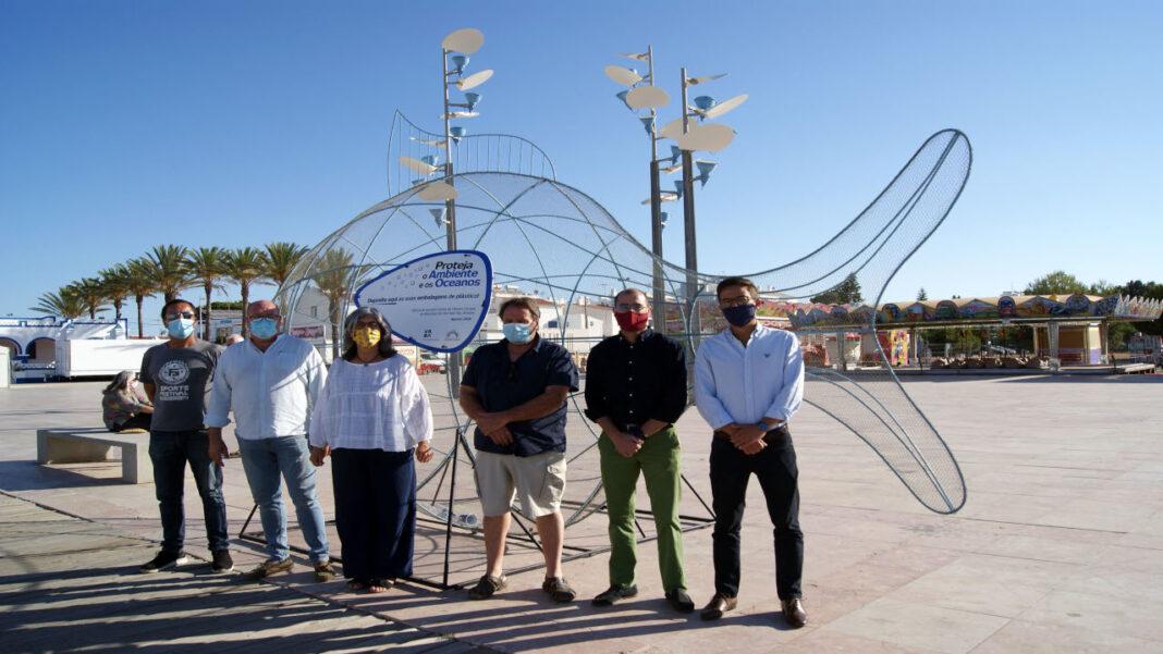 Escultura de peixe gigante na Manta Rota alerta para plástico do mar