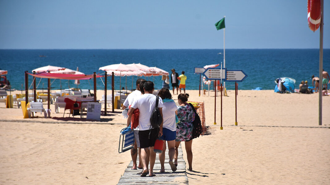 Números revelados hoje pela Associação dos Hotéis e Empreendimentos Turísticos do Algarve (AHETA) dão conta de quebras em todos os mercados. Veraneantes portugueses e espanhóis deram algum alento à época alta 2020.