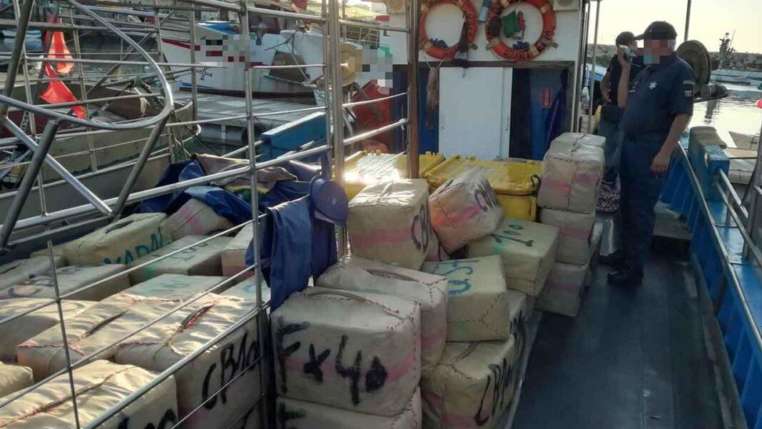 Comando-local da Polícia Marítima de Quarteira apreendeu hoje 133 fardos com mais de 4500 kg de estupefacientes e deteve dois indivíduos, de nacionalidade espanhola, no Porto de Pesca de Quarteira.