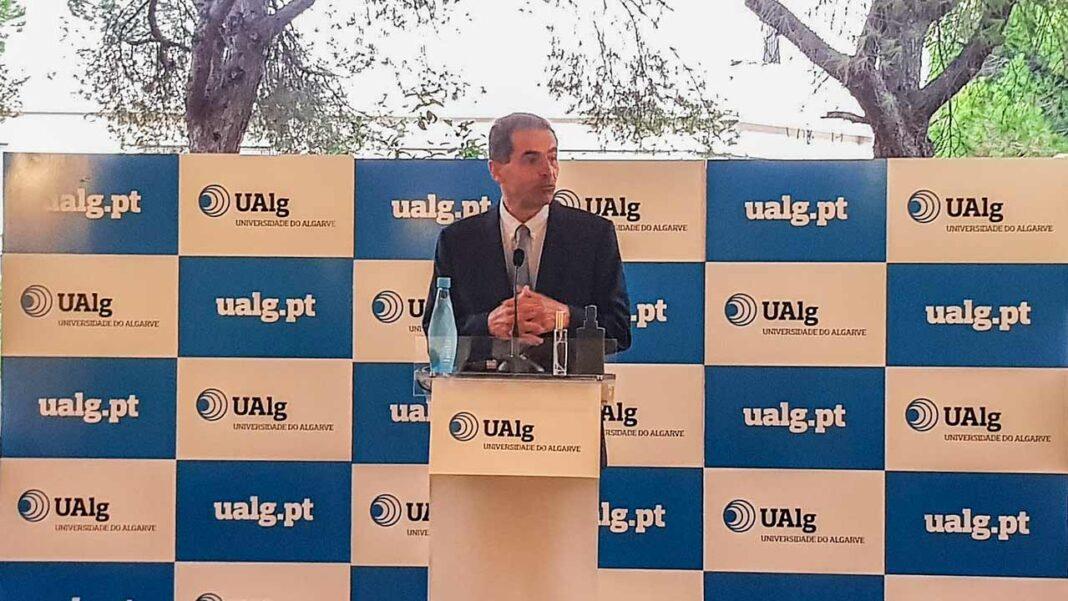 Depois de ter conseguido afirmar-se no plano nacional e internacional, o Mestrado Integrado em Medicina (MIM) da Universidade do Algarve (UAlg) arrancou para a 12ª edição, no dia 1 de setembro, com um aumento do número de vagas face ao ano transato, passando de 48 alunos, em 2019/20, para 64, no ano letivo 2020/21.