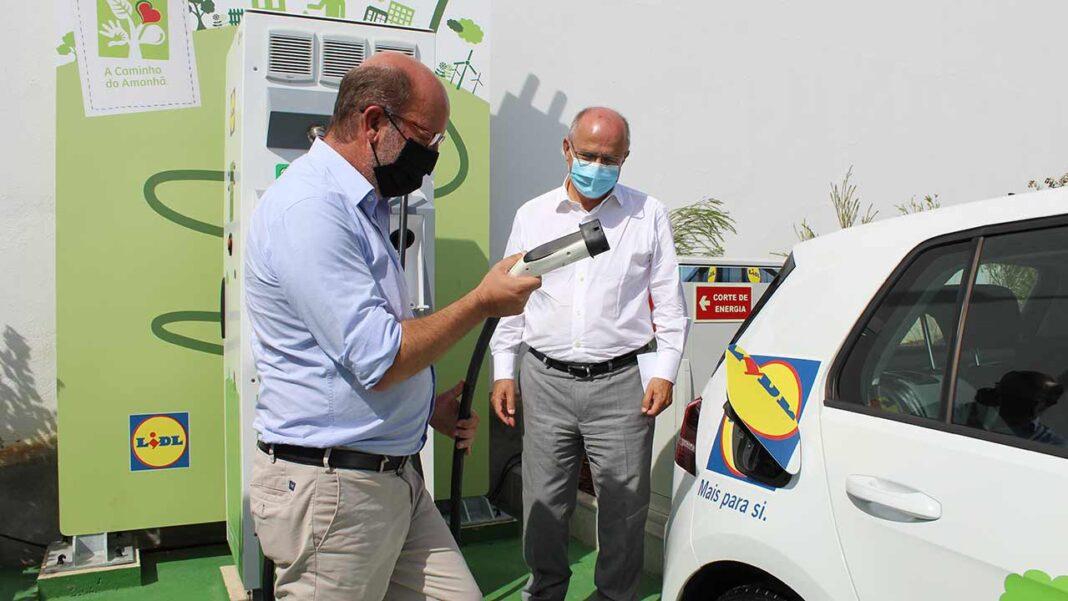 Vilamoura vai ter novos postos de carregamento para veículos elétricos. Novidade foi anunciada pelo ministro do Ambiente e da Transição Energética, após inauguração de um posto de carregamento rápido, no supermercado Lidl de Boliqueime.