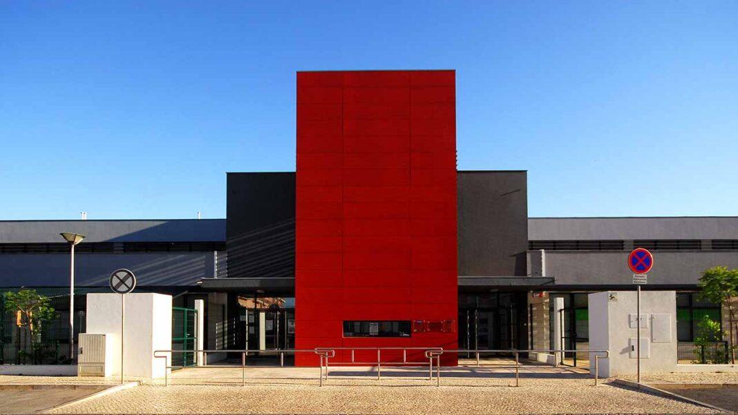 Câmara Municipal de Vila Real de Santo António inicia o ano letivo 2020-2021 com a dotação de novo material informático , quadros interativos projetores em todas as salas.
