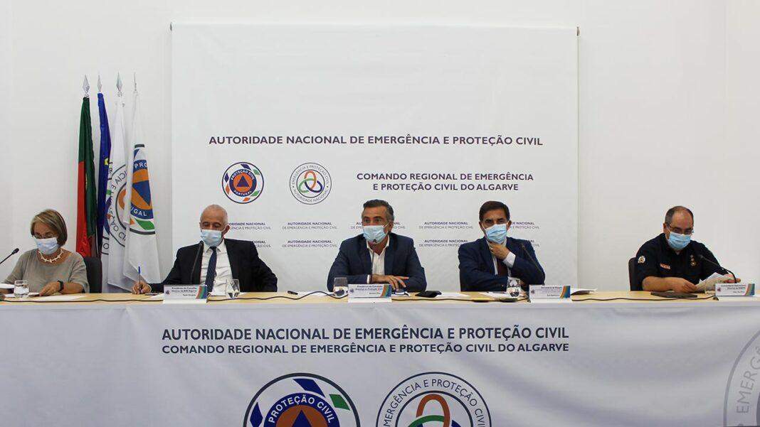 Situação epidemiológica do Algarve foi hoje descrita como «controlada» e «confortável» durante a conferência regional da Proteção Civil, em Loulé. Início do ano letivo domina as preocupações, assim como a decisão do Reino Unido em voltar a retirar Portugal da lista de países seguros da COVID-19.