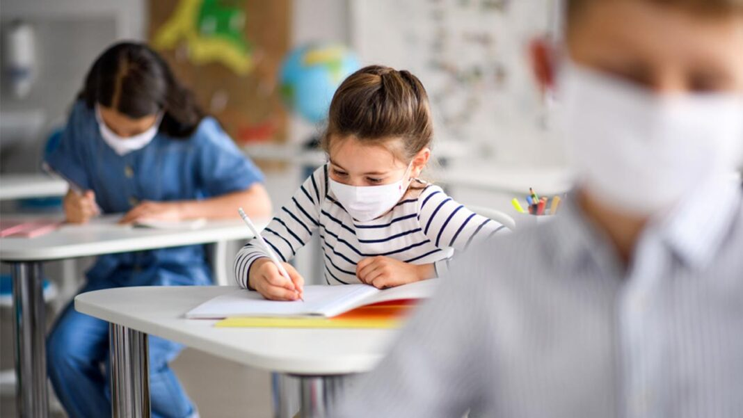 Os mais de 1,2 milhões de alunos dos 1º ao 12º anos estão hoje todos de regresso à escola para mais um ano letivo que começa com novas regras para tentar minimizar os impactos da COVID-19.