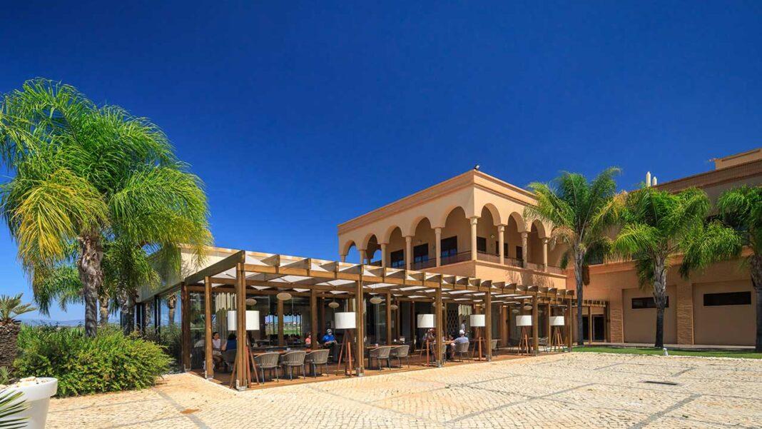 Amendoeira Golf Resort, em Silves, tem um novo Clubhouse, receção, restaurante e sports bar. Venda de moradias unifamiliares com piscina privada e jardim já superou em 80 por cento o total do ano passado.
